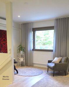 Yläkerran huone avartui aulatilaksi. Harmaan eri sävyt antavat voimakkaalle ryijylle tilaa. Olohuone, harmaa, livingroom, grey
