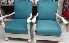 2 ouderwetse stoeltjes behandeld door de klant met Annie Sloan verf en daarna gestoffeerd door ons met een hele zachte kortgeschoren verlours van Aristide