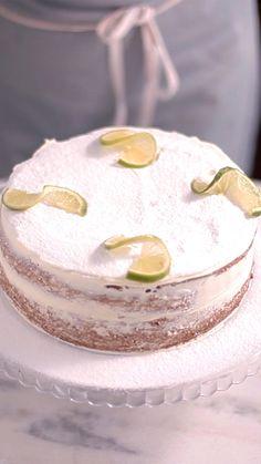 A principal característica do Naked Cake ou Bolo pelado é a falta de cobertura, deixando aparentes as camadas de massa e recheio. Esse com o azedinho do limão fica bem molhado e delicioso.