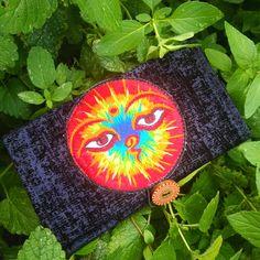 """Hübsche Tabaktasche aus schwarz-blauem Ausbrenn-Samt-Stoff mit wunderschönem """"Buddha's Eyes""""-Patsch in leuchtenden Farben. Die Tabaktasche ist mit schwarzem Baumwollstoff gefüttert, verfügt über ein besticktes Einschubfach für Papers/Zigarettenpapierchen und wird mittels bemaltem Holzknopf geschlossen. Die elastische Verschluss-Schlaufe sorgt dafür, dass die Tasche geschlossen werden kann, unabhängig von der vorhandenen Tabakmenge. Bag Making, Black Cotton, Buddha, Cotton Fabric, Velvet, Etsy, Color, Paper, Vibrant Colors"""