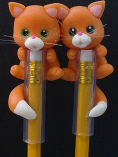 good idea cats Polymer Clay Pens, Polymer Clay Animals, Polymer Clay Projects, Polymer Clay Charms, Cat Crafts, Diy And Crafts, Caleb Et Sophia, Pen Toppers, Clay Figures