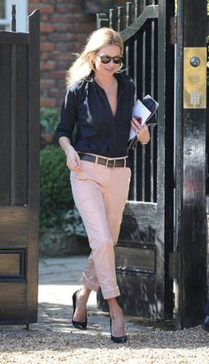 God I love these pink pants on Kate Moss so much. But only on Kate Moss. Fashion Week, Fashion Models, Fashion Looks, Fashion Trends, Celebrity Look, Celebrity Dresses, Peach Pants, Pink Pants, Pink Trousers
