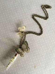 Little Treasure - Collana con Farfalle in Organza e Seta e Fialetta di Vetro con Fiorellini Secchi - Su Ordinazione di TheButterfliesShop su Etsy https://www.etsy.com/it/listing/209840961/little-treasure-collana-con-farfalle-in