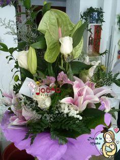 """Ramo """"A la SuperMamá""""  Composición floral con lilums, rosas blancas, anturium, paniculata, flores de lis. A la par de agradable a la vista de suave fragancia. www.joanafloristeria.com"""