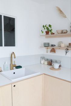 Comment réaliser une cuisine en contreplaqué// Hellø Blogzine blog deco & lifestyle www.hello-hello.fr Utility Room, Plywood Kitchen, House, Interior Inspiration, Kitchen, Home, Shelves, Floating Shelves, Home Decor