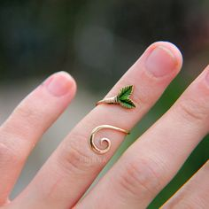 Dainty brass midi ring with polymer clay leaves. New look of my old design #brass #ring #rings #leaf #leaves #gold #shiny #krinna #krinnahandmade #art #craft #crafts #handmade #wirework #polymerclay #fimo #sculpting #dainty #original #design #elf #elven #fairy #magic #fantasy #fairytale