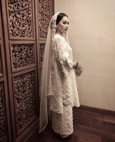 Baju kurung Traditional baju kurung for bridal Hijab Dress Party, Disney Wedding Dresses, Pakistani Wedding Dresses, Wedding Hijab, Wedding Attire, Traditional Fashion, Traditional Dresses, Baju Kurung Lace, Kebaya Modern Dress