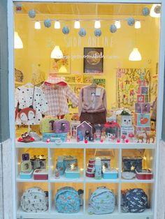 Escaparate Navideño y Regalos de Navidad. Tienda para niños en Gijón, moda infantil, complementos, decoración y cosas bonitas. Desde 2013 en Gijón y Tienda Online.
