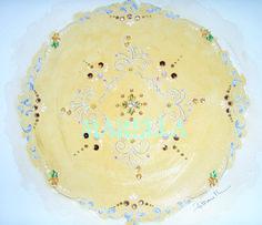 Mandala em aquarela amarela com diâmetro médio de 25cm. Moldura padrão branca com vidro.