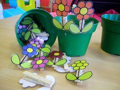 Bloemen op wasknijpers om bloempotjes te versieren *liestr*