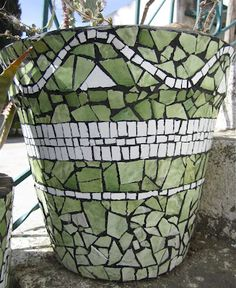MulticoloredPieces: mosaic plant containers   Something about the undulating line that I find disquieting.