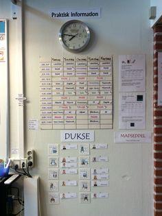 Praktisk info er samlet et sted i klassen. Classroom Layout, Teaching, First Class, School, Classroom Design, Education, Learning
