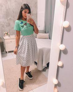 A imagem pode conter: 1 pessoa, em pé Cute Skirt Outfits, Cute Skirts, Modest Outfits, Modest Fashion, Trendy Outfits, Girl Fashion, Summer Outfits, Girl Outfits, Fashion Outfits