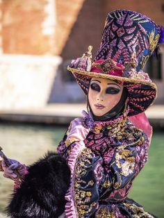 Venice Carnival Costumes, Venetian Carnival Masks, Clowns, Carnival Fashion, Costume Carnaval, Costume Venitien, Venice Mask, Different Forms Of Art, Joelle