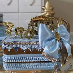Nenhuma descrição de foto disponível. 8th Birthday, Birthday Parties, Cinderella Centerpiece, Baby Shower Baskets, Royal Prince, Rapunzel, Centerpieces, Decorative Boxes, Frozen
