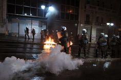 Il fallimento del dialogo democratico: bombe molotov da una parte, lacrimogeni dall'altra.