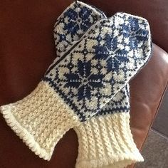 Vante Stella pattern by Stickolina Knitted Mittens Pattern, Knit Mittens, Knitted Gloves, Knitting Patterns, Wrist Warmers, Hand Warmers, Norwegian Knitting, Big Yarn, Knitted Baby Clothes