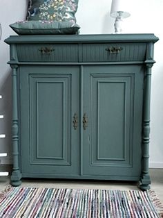 Swedish matt wood paint with a long history. The wood grain remains visible, no flaking of the paint. Upcycled Furniture, Furniture Projects, Furniture Making, Furniture Makeover, Diy Furniture, Chalk Paint Furniture, Painted Furniture, Ideas Terraza, Home And Deco