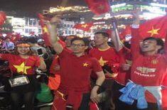 Phó Thủ tướng Vũ Đức Đam xuống đường mừng U23 Việt Nam chiến thắng Ronald Mcdonald