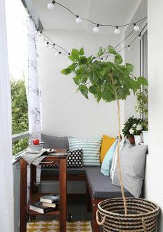 rattanmöbel und topfpflanzen auf der modernen terrasse
