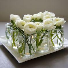 des petits pots dans les grands, des verres avec des bouts de ficelles et des bougies sur toile de jute, pour un centre de table de m...