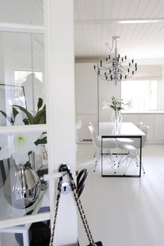 Homevialaura | Flos 2097/30 | Gino Sarfatti | modern chandelier |  monochrome home | modern classic interior | neutral decor