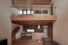 名古屋的房子,比起以往淨白的空間多了人文味道與生活感。檐廊結合露台,取得廊道與室內最大的接觸面積,讓室內外的串連與自然光都融入空間中,不需刻意,就像空氣般自然存在,所以即使使用顏色偏深的木材質,也不會造成空間的壓力,搭配採光與挑高,一樣能製造出明亮舒適的生活場域。 via 安藤建吾設計事務所