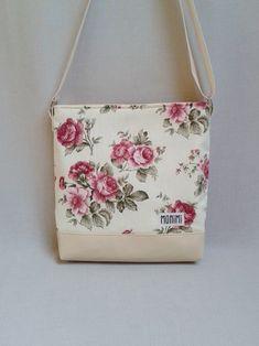 Gyönyörű angolrózsás designer anyag felhasználásával készült ez a táska. A  finom árnyalatok 3ec0985e0a