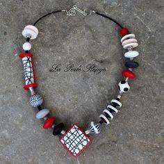 Collier asymétrique rouge, noir, gris et blanc en pâte polymère et perles argent montées sur cuir noir 2 mm