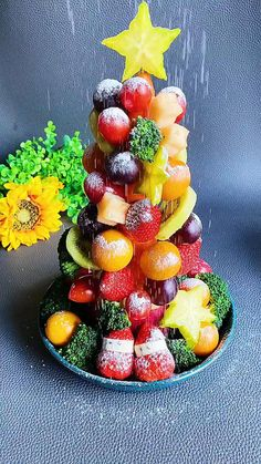 Fruit Christmas Tree, Christmas Party Food, Christmas Appetizers, Easter Appetizers, Christmas Decor, Easy Food Art, Fruit Platter Designs, Party Food Platters, Fruit Platters