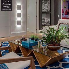 Peças design e um tapete com cor vibrante e estampas geométricas contemporâneas marcam a personalidade do ambiente de estar 💙🛋. (projeto Carla Felippi)  .  #earqdecor #decor #decoração #interiores #arquitetura #construção #design #instadaily #instadecor #home #homestyle #architecture #world #beautiful #top #instamood #l4l #shoutout #f4f #inspiração #amazing #house #arquiteta #perfect #igers #love #tbt #photooftheday #instagood #archilovers