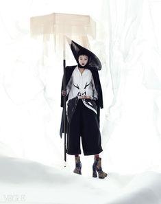 왕의 위엄을 나타내는 장신구 옥대는 김혜순 한복(Kim Hye Soon Hanbok),유니크한 프린트의 핀턱 셔츠는 맥큐(McQ)