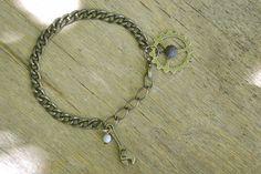 """Bracelet """"Engrenages"""" en bronze et sa perle naturelle de lave, composé d'un rouage et d'une clé à molette. #bijoux #bracelet #faitmain #steampunk"""