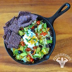 Be a rebel! Break the rules of #breakfast with loaded breakfast #nachos. Too good to be healthy and delicious. Share this idea with someone so you can make it this weekend! Hmmm... who would be interested in a #FitMenCook Breakfast eBook? Comment below and let me know your thoughts! Boom. (traduccion abajo)  Ingredients I used: egg whites and 1 egg, greek yogurt instead of sour cream, avocado slices, olives, cherry tomatoes, cilantro and a sprinkle of cheddar cheese.  I enjoyed it with blue…