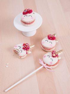 DIY-Anleitung: Einhorn-Macarons am Stiel backen, Essen für die Party / the best unicorn macarons ever: unicorn cake pops as party food via http://DaWanda.com