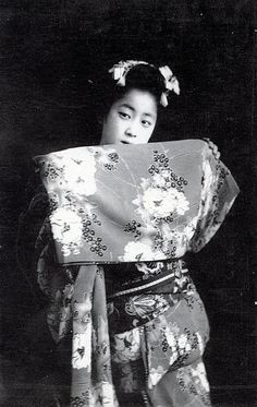 Osaka Maiko Dancing 1900 by Blue Ruin1, via Flickr