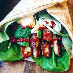 Grönsakswrap med honungsglaserad halloumi & vitlökssås – Tuvessonskan | Enkel vegetarisk mat