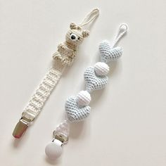 Best Knit Baby Soother Chains – Knitting And We Crochet Pacifier Clip, Crochet Baby Toys, Crochet Bunny, Diy Crochet, Crochet Crafts, Baby Knitting, Crochet Projects, Crochet Accessories, Baby Accessories