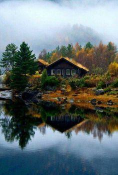 Doen tijdens een roadtrip door Noorwegen: verblijf in een hutje aan een meer of fjord.
