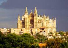 1   La Catedral-Basílica de Santa María de Palma de Mallorca también llamada Catedral de Mallorca es el principal edificio religioso de la isla de Mallorca. En mallorquín, se la conoce como La Seu (Seu o Seo es el nombre que reciben las catedrales en la Corona de Aragón). Consiste en un templo de estilo gótico levantino construido a la orilla de la bahía de Palma.