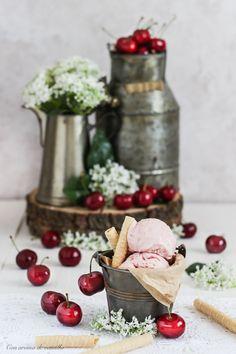 Este helado de mascarpone y cerezas  llevaba exactamente un año esperando salir a la luz. Cuando me quise dar cuenta el año pasado, ya h...