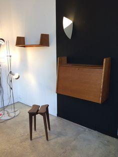Meuble pour l entrée: secrétaire mural, le tabouret et la petite étagère Wall Lights, Desk, Lighting, Home Decor, Small Shelving Unit, Stool, Furniture, Appliques, Desktop