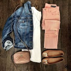 casual jean outfits for spring Pink Jeans Outfit, Pink Pants, Colored Jeans Outfits, White Pants, Pants Outfit, Blush Pink Outfit, Sandals Outfit, Mode Outfits, Casual Outfits