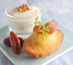 Recette de Madeleines au thé, jambon cru, sauce yaourt aux dattes