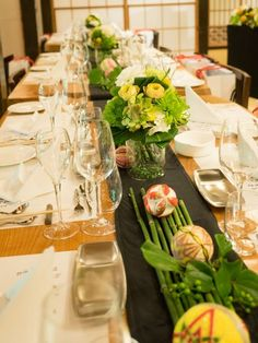 その他:みんなの投稿写真:虎幻庭(KOGENTEYこげんてい)|みんなのウェデイング Flower Decorations, Wedding Decorations, Table Decorations, Japanese Table, Japanese Wedding, Wedding Table Flowers, Event Decor, Wedding Accessories, Floral Arrangements