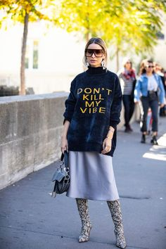 The Fashion Crowd Was All About Mustard Yellow on Day 3 of Paris Fashion Week – Fashionista streetstyle. Street Looks, Street Chic, Paris Street Style Summer, Paris Style, Fashion Mode, Look Fashion, Autumn Fashion, Fashion Design, Vintage Style Outfits
