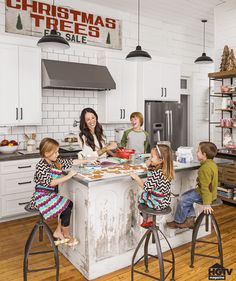 """How Chip and Joanna Gaines Deck Out Their Farmhouse For the Holidays LOVE this vintage Christmas sign! """"Christmas Trees for Sale"""" from Joanna GainesLOVE this vintage Christmas sign! """"Christmas Trees for Sale"""" from Joanna Gaines Fixer Upper Hgtv, Gaines Fixer Upper, Fixer Upper Joanna, Magnolia Fixer Upper, Chip Und Joanna Gaines, Chip Gaines, Joanna Gaines Home, Joanna Gaines Farmhouse, Joanna Gaines Style"""