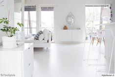 olohuone,sisustus,valkoinen sohva,valkoinen lattia,valkoinen olohuone