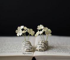 Eu faço miniaturas de papel e incorporo algumas delas para minhas esculturas de livros