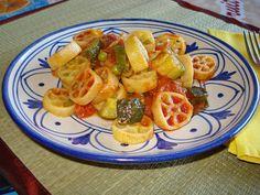 Ruote+di+pasta+alle+zucchine+piselli+e+crudo+croccante